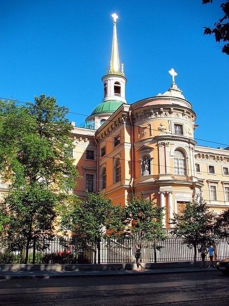 ЦЕРКОВЬ АРХАНГЕЛА МИХАИЛА И МИХАЙЛОВСКИЙ ЗАМОК Церковь была заложена вместе с замком в 1797 году. Строительство было завершено в 1800 году и 8 (20) ноября, в день Архангела Михаила, в