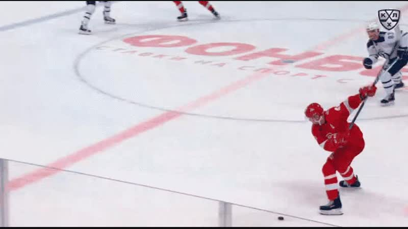 Кутейкин снова забросил шайбу с центра площадки