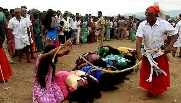 5000 женщин дали себя выпороть, чтобы избавиться от демонов и болезней Ежегодно во время индуистского фестиваля Виджаядашами в деревнях в штате Тамилнад Индия, тысячи женщин и подростков