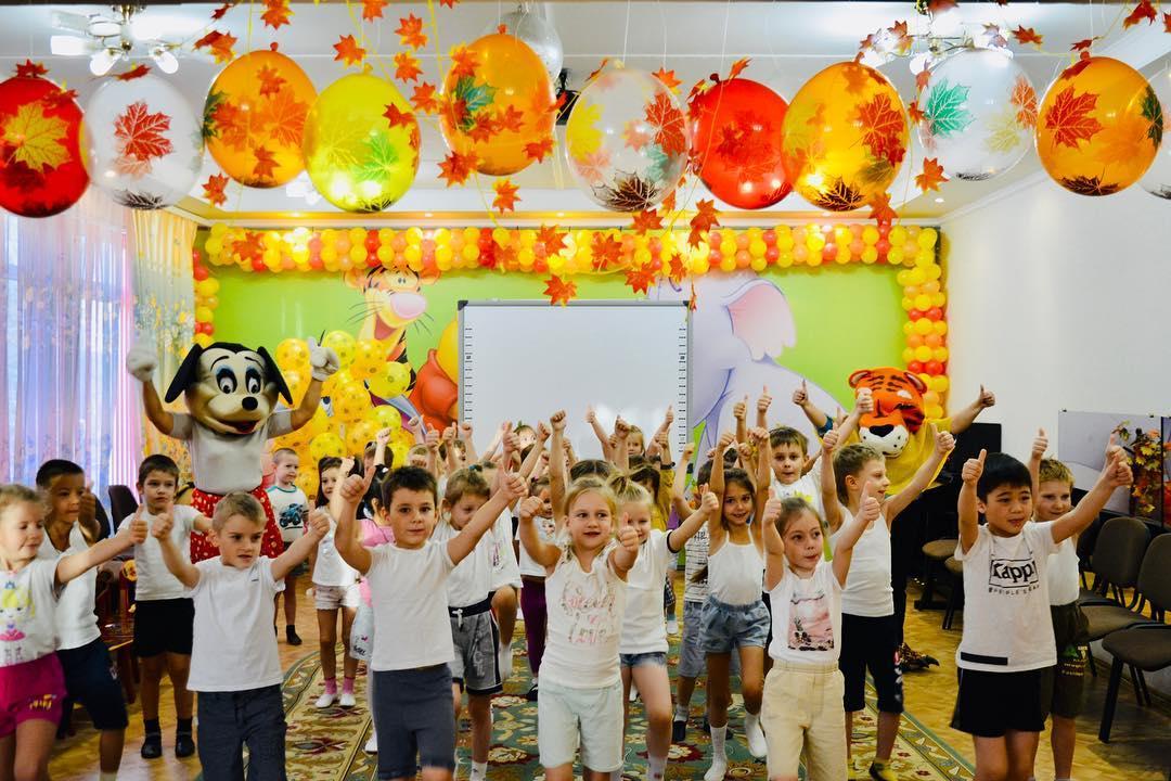 ></p> <p>В образовательных и дошкольных учреждениях ребята начали день с единой веселой зарядки, затем состязались в весёлых стартах, эстафетах, конкурсах рисунков, спортивных мероприятиях по футболу и альпинизму, подвижных играх на свежем воздухе. Младшим детям на занятиях лепкой и рисованием рассказали о пользе витаминов, овощей и фруктов. Дискуссии о здоровье продолжились на уроках и классных часах. На переменах у школьников была возможность посмотреть познавательные ролики и видеофильмы. <br> <br> А в учреждениях культуры работали книжные выставки,  тематические полки с книгами и журналами о полезном образе жизни и правильном питании. <br> </p> <p><img style=