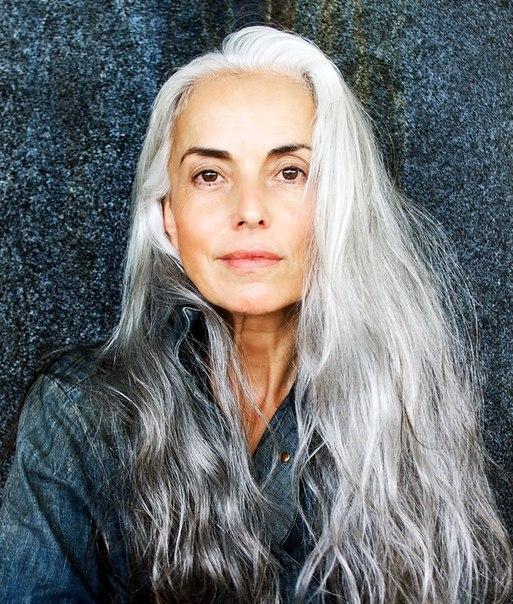 59-летняя бабушка — суперкрасивая и успешная модель! Француженка Ясмина Росси (Yasmina Rossi) — мать двоих детей и бабушка двоих внуков. Всю свою жизнь она посвятила воспитанию детей и лишь