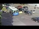 Водитель желтого автомобиля запутался на перекрестке Видео прикол