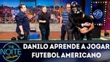 Danilo aprende a jogar futebol americano com a equipe de NFL da ESPN Brasil The Noite (040918)