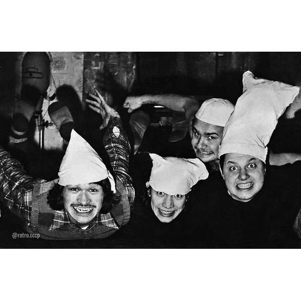 Несколько весьма редких фото с Виктором Цоем Какая ваша любимая цитата из песен Цоя .Спасибо за и подписку на наши странички (наше кино), (наши 90е) ретро.Фото 1. Марьяна и Виктор Цой. 1983 год.