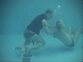 Техники рукопашного боя армии США : в воде , под водой . Озвучка на французском языке .