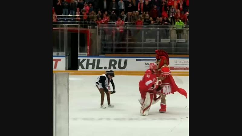 По завершении матча лучший игрок-вратарь ХК Спартак Гудачек Юлиус забрался на ворота, перепрыгнул через коня, станцевал калинк
