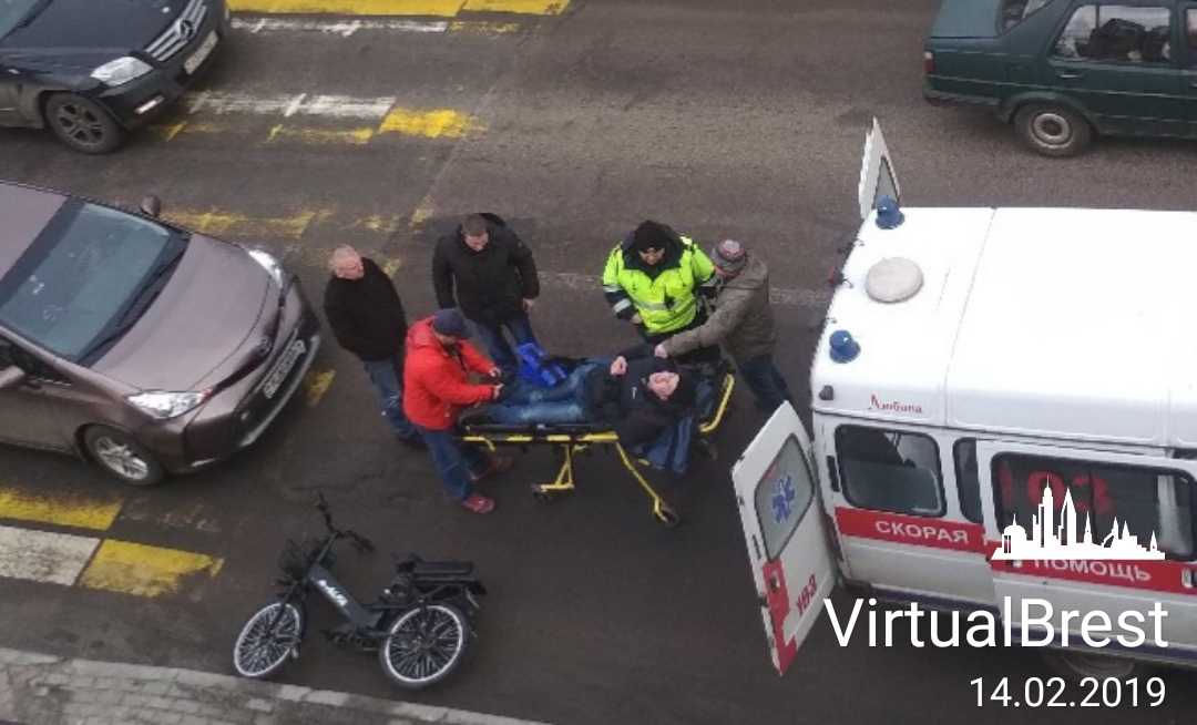 На бульваре Шевченко в Бресте автомобиль сбил электровелосипедиста