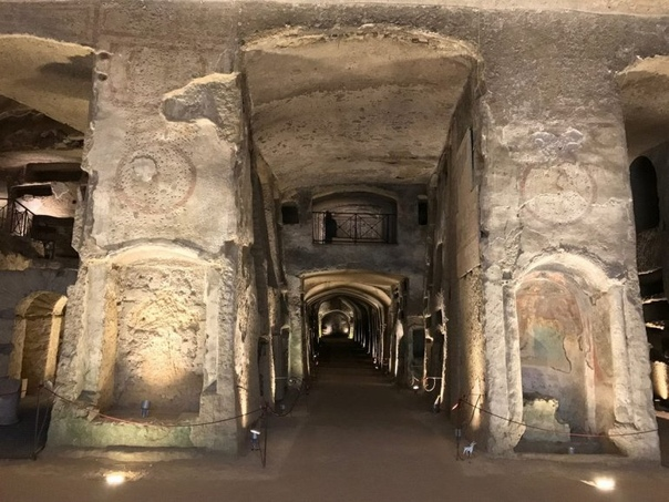 Катакомбы Сан-Дженнаро в Неаполе Катакомбы Сан Дженнаро (Святого Януария), по мнению многих, являются наиболее значительными палеохристианскими руинами в Италии к югу от Рима. Они расположены в
