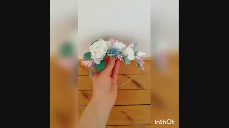 Веночек с белыми розами и чертополохом.