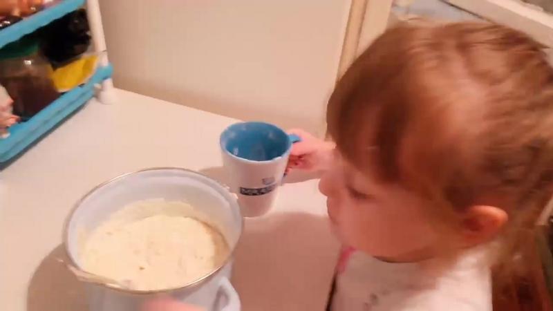 Мамина помощница)) Готовим тортик на день рождения мамы🤗😘💝💝💝