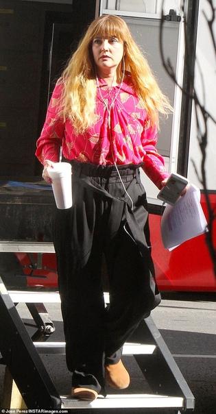 Дрю Бэрримор изменила форму носа для новой роли и теперь ее почти не узнать На днях практически неузнаваемая Дрю Бэрримор была замечена в Нью-Йорке по дороге на съемочную площадку своего нового