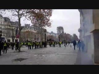EN DIRECT - Paris Un homme bras en lair reçoit un tir de flash ball quasiment à bout port