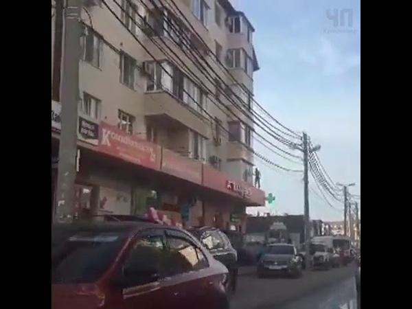 Голый мужчина бегает по карнизу многоэтажки в Краснодаре