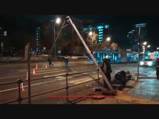 В Москве на Русаковской улице упал светофор