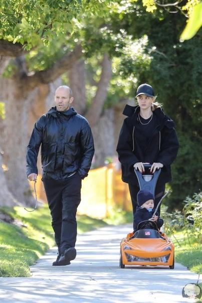 Джейсон Стэтхем и Роузи Хантингтон-Уайтли на прогулке с сыном