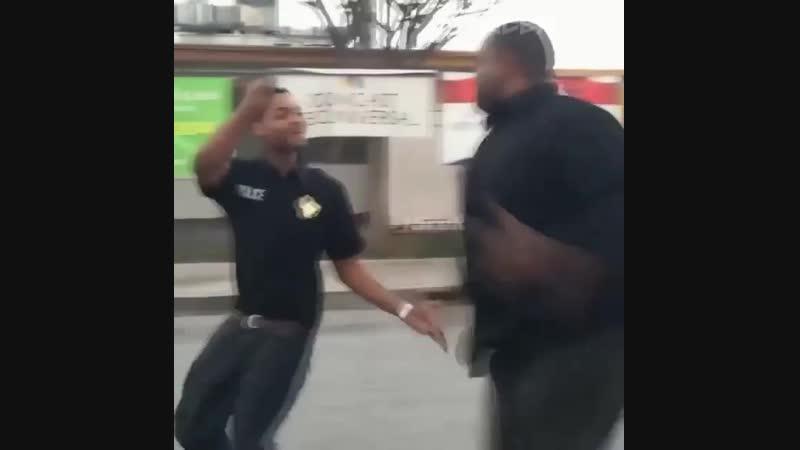 Strength of Body. Толстый преступник пытается убежать от полицейского, но у него это не получается
