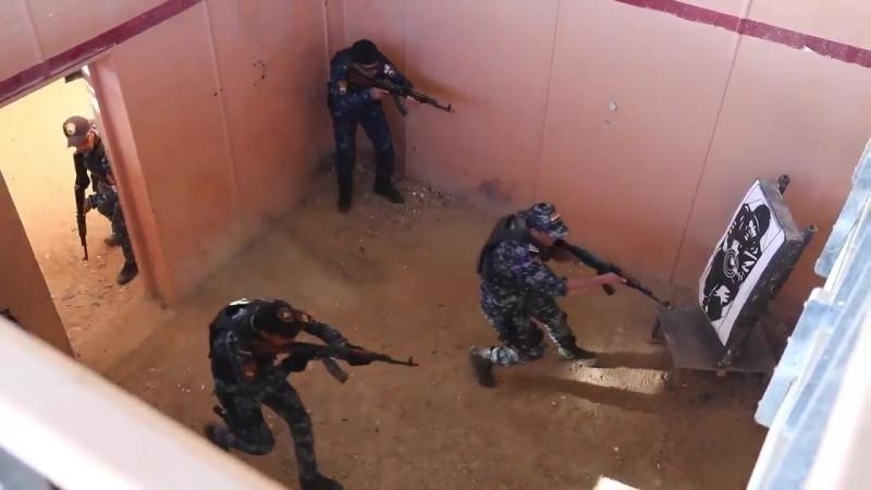 Курсанты академии Иракской федеральной полиции проходят учения по стрельбе в городских условиях