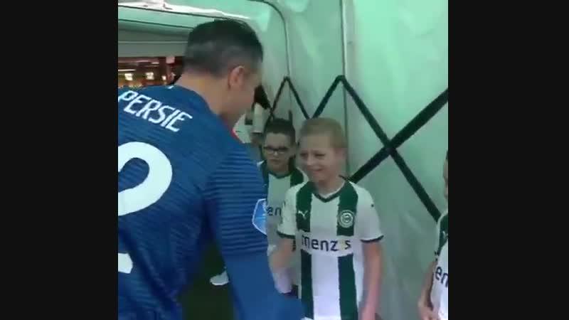 🇳🇱 Ван Перси перед матчем обнял и отбил пятюню каждому ребенку, не забыв про детей из другой команды