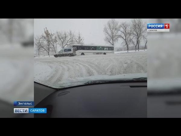 Пассажирский автобус вылетел с дороги в Энгельсе