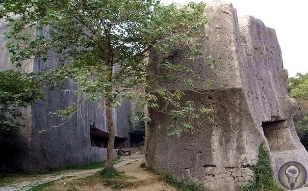 Яньшаньский карьер и китайские мегалиты Вблизи китайского города Нанкин расположен древний каменный Яньшаньский карьер, прославившийся наличием гигантской незавершённой стелы, вырубка которой
