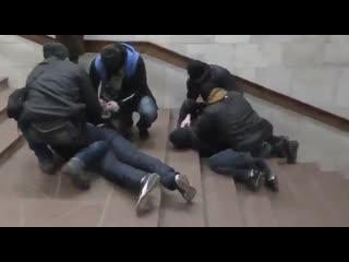 Видео задержания «агента ФСБ» и уничтожения взрывного устройства, которое он якобы собирался привести в действие в харьковском м