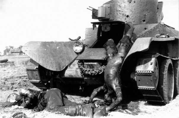 ВНИМАЯ УЖАСАМ ВОЙНЫ Прогорклое лето 41-го«Во время атаки мы наткнулись на легкий русский танк Т-26, мы тут же его щелкнули прямо из 37-миллиметровки. Когда мы стали приближаться, из люка башни