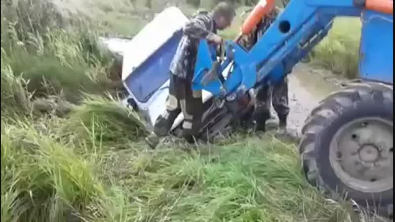 трактор вытягивает УАЗ mp4
