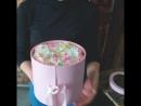 Коробочка с цветами и эклерами за 1500 р