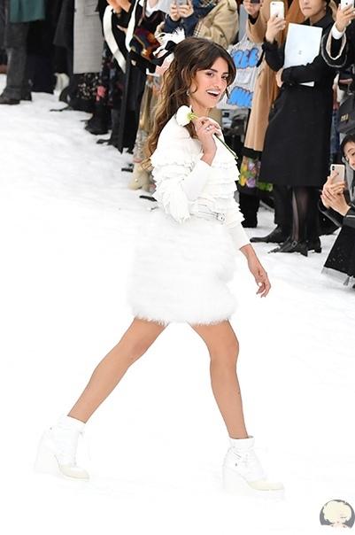 Пенелопа Крус дебютировала на подиуме на показе Chanel в память о Карле Лагерфельде