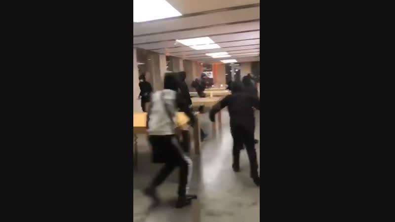 В Бордо мародеры под шумок обчистили магазин техники Apple.