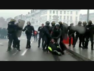 Демократический разгон протестов во Франции