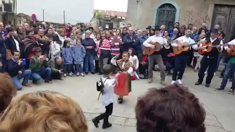 Fiestas de Casavieja, provincia de Ávila. Niños bailando la jota