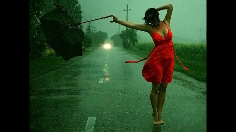 ვაჟა ტუღუში წვიმაში მიდის უქოლგოდ ვიღაც