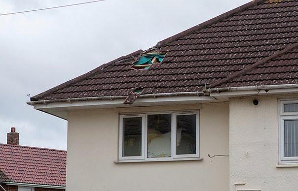 Огромный град из дерьма разнес крышу жилого дома Житель Бристоля, Джейми Шин, смотрел дома телевизор, когда услышал грохот. Прибежав в спальню, он увидел огромную дыру в потолке и причину ее