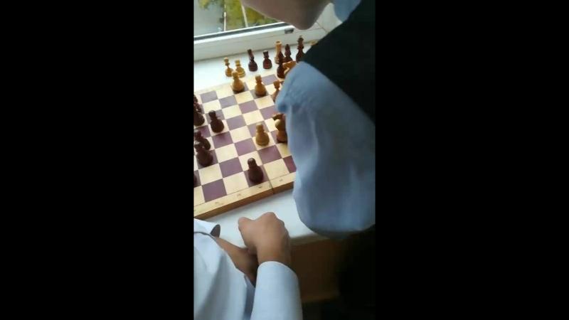 физрук заставил шахматы играть