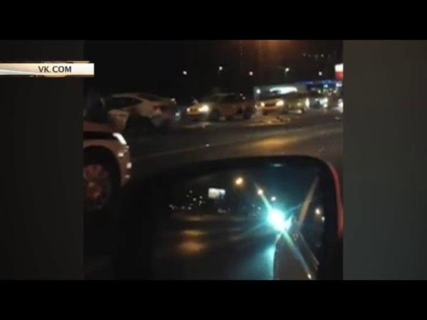 Крупное ДТП на Кутузовском проспекте в Москве, где лоб в лоб столкнулись автобили Maybach и такси