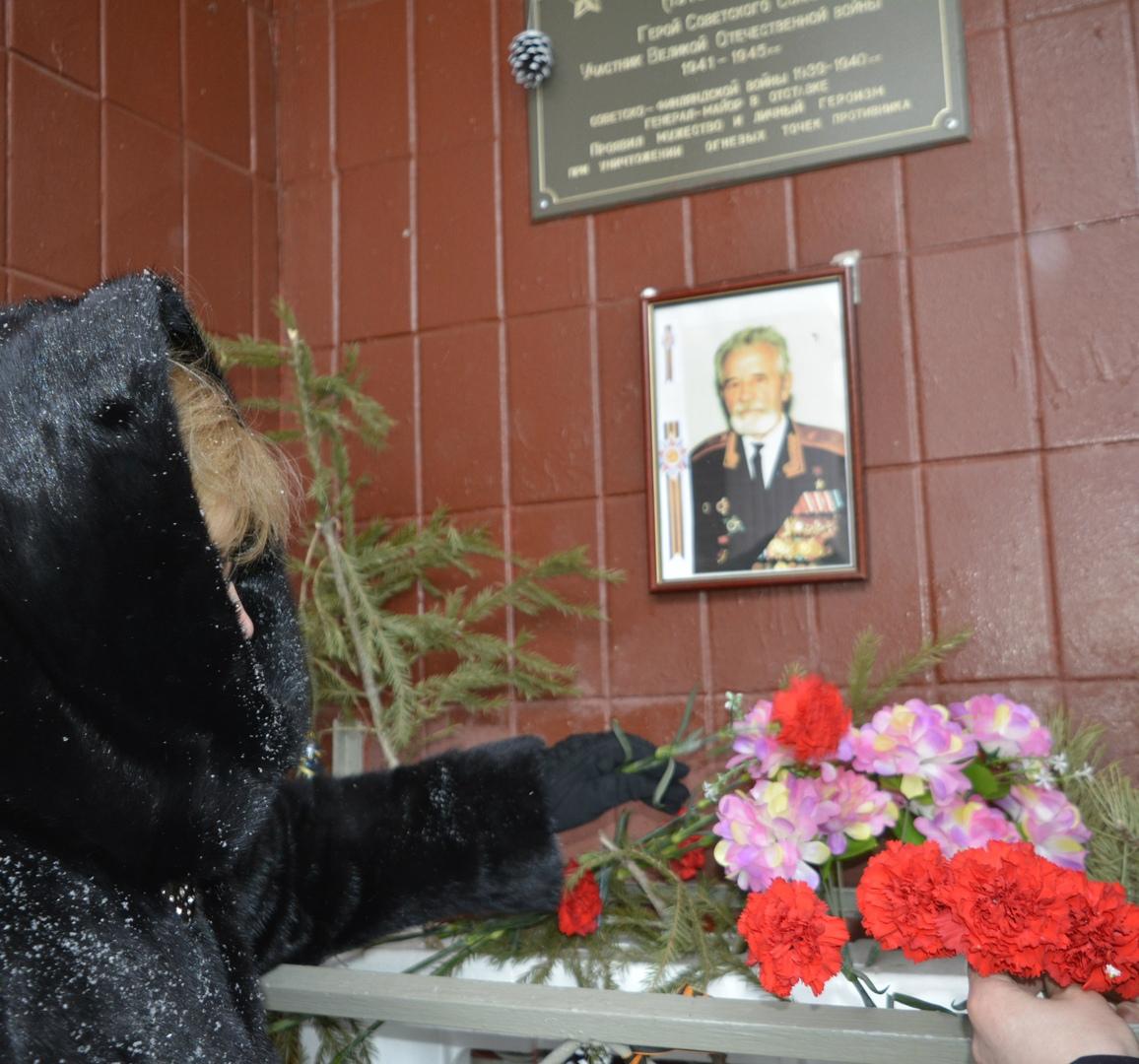общегородская патронатная акция - возложение цветов к мемориальной доске
