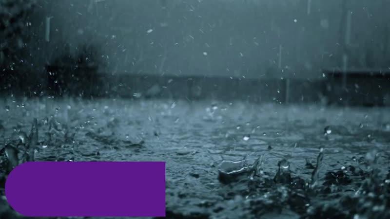 Она видит, как военный стоит под проливным дождем. Причина такого поступка заста