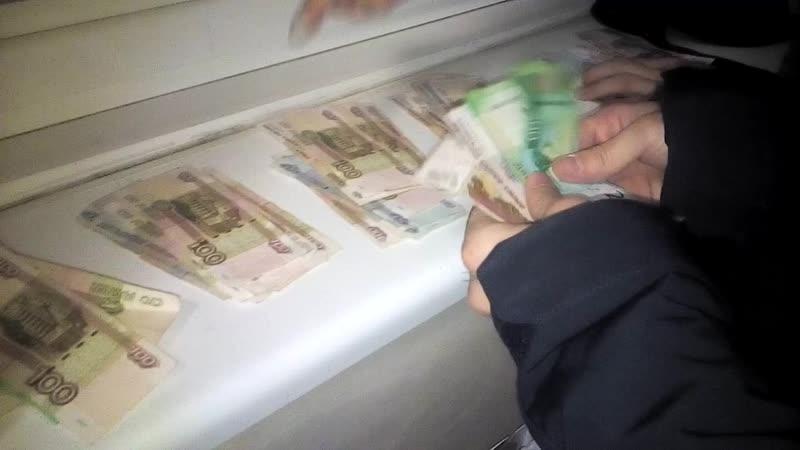 делят деньги после ограблении банка