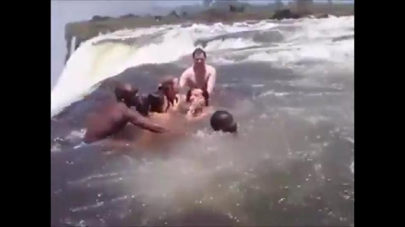 Можете купаться , крокодилов там нет Им можно выдавать пожизненное разрешение заплывать за буйки