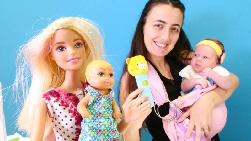 Barbie ve Sevcan bebek Derin için çanta hazırlıyor. Bebek bakma oyunu