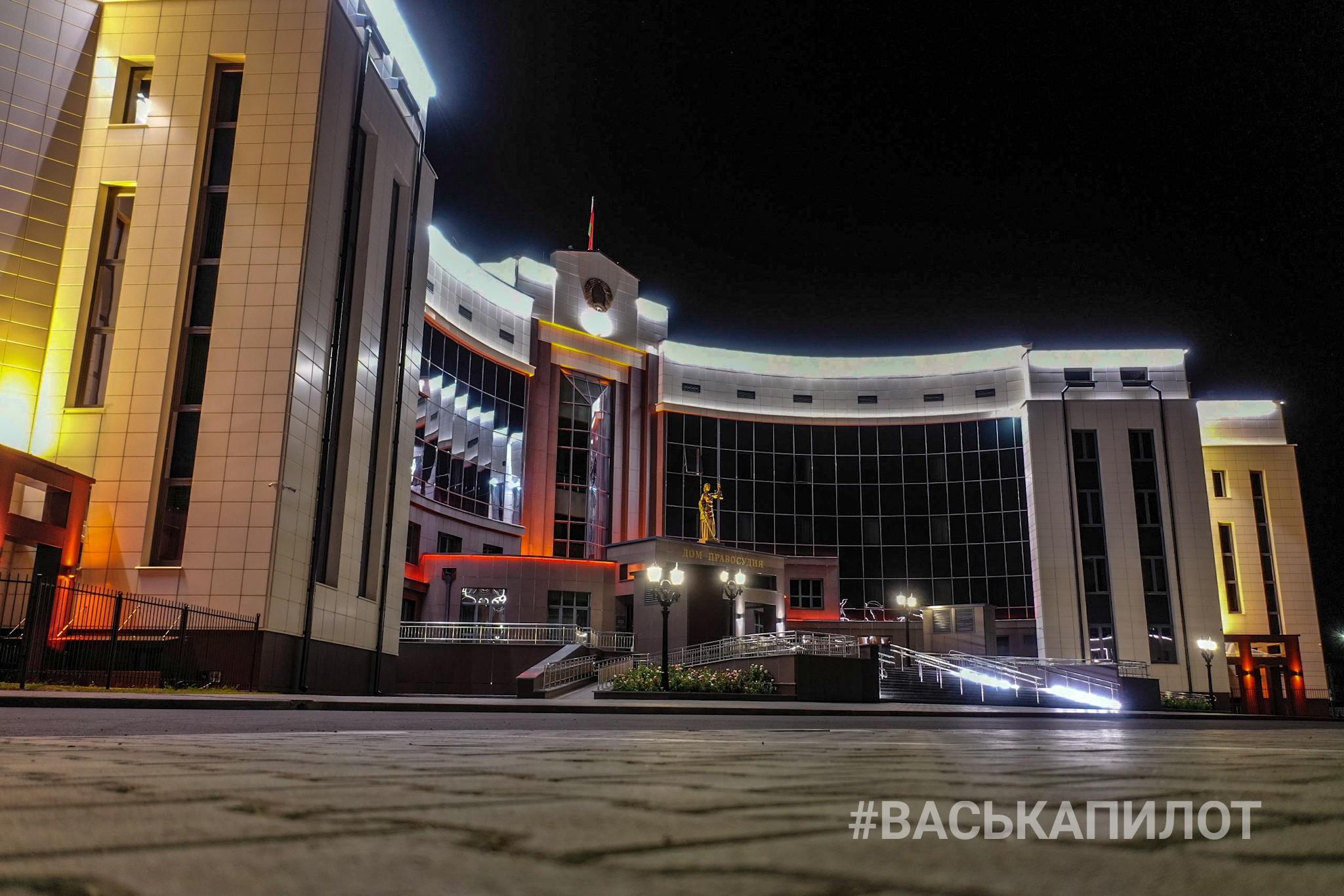 Красивой ночной подсветкой обзавёлся и новый Дом правосудия. Оценим?