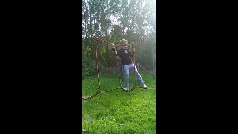 Димон лазиен по веревкам