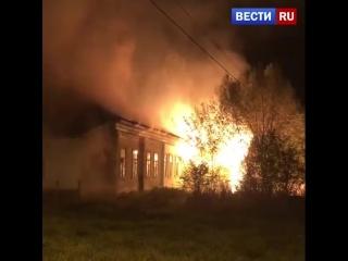Это поджог: очевидцы сняли на видео полыхающее здание поликлиники в Тверской области.