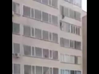 Парень поймал ребенка, который сорвался с 10-го этажа