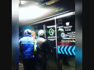 В нижегородском ТЦ людям, пытавшимся выбраться из здания, где сработала пожарная тревога, пришлось ломать двери. Не сломали. Хор