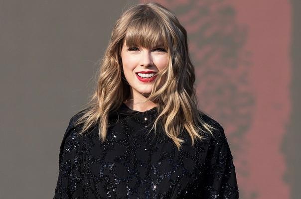 Тейлор Свифт помогла поклоннице, мама которой находится в коме 28-летняя певица известна не только музыкальными хитами, но и активной благотворительной деятельностью. В минувшие выходные Тейлор