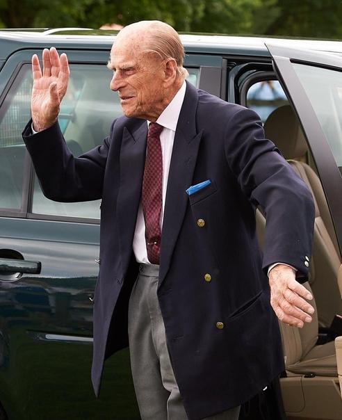 Принц Филипп отказался от водительских прав