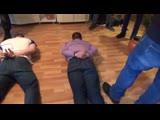 ОМОН взял штурмом квартиру наркодилера оперативная съёмка