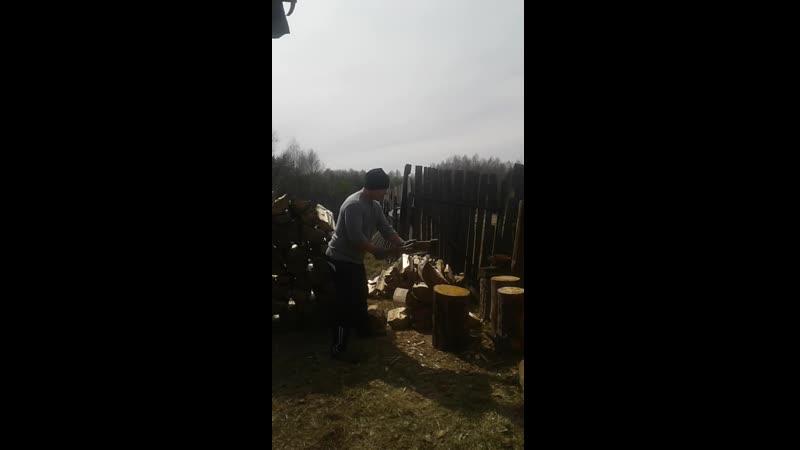 Я у Бабушки в деревне Я колю дрова 20 . 04 . 2019 Г .